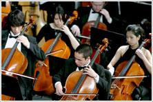 学校が誇るオーケストラの演奏模様